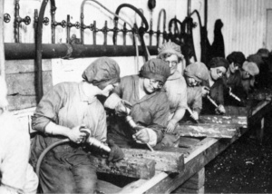 1918_women-industrial-workers_PA-2